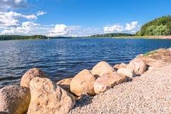 Валуны для усиливать береговой линии озера Seliger, около монастыря Nilov, зона Tver стоковое изображение