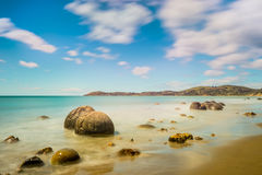 Валуны Moeraki в Otago, южном острове Новой Зеландии Стоковое Изображение