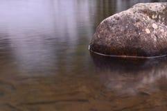 валун в воде Стоковое Фото