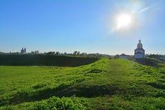Валы Кремля и церковь Илии пророк в Suzdal, России стоковая фотография