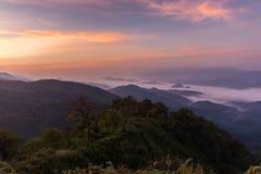 валы силуэта утра ландшафта дома тумана Стоковая Фотография RF