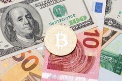 Валюта золотых bitcoins новая виртуальная с традиционными долларами Стоковая Фотография