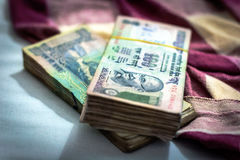 Валюта индийской рупии, деньги с расплывчатым индийским одеялом на предпосылке стоковое фото