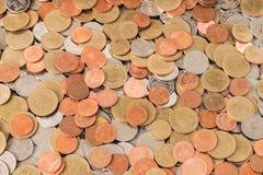 Валюта монеток, монетки штабелированные на одине другого в различных положениях Стоковые Изображения