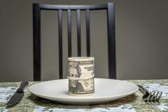 Валюшка долларов, который служат на плите стоковые фотографии rf