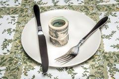 Валюшка долларов, который служат на плите стоковое изображение