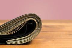 Валюшка счетов доллара США в черном бумажнике на таблице Стоковое Изображение