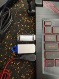 Введенный внезапный привод в ноутбуке Показатели на внезапном приводе Конец макроса вверх привода флэш-памяти USB будучи затыканн стоковая фотография rf