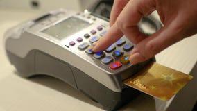 Введите кредитную карточку в стержень и отожмите код штыря для того чтобы завершить приобретение 3840x2160, 4K акции видеоматериалы