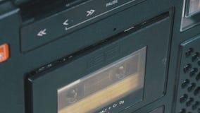 Введите магнитофонные кассеты в магнитофон и игра нажатия, кнопки стоп сток-видео