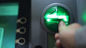 Введите пластичную карточку к ATM видеоматериал
