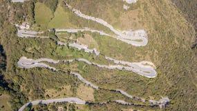 Вверх и вниз вида с воздуха трутня дороги горы в Италии от деревни Nembro к Selvino стоковые фото