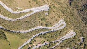 Вверх и вниз вида с воздуха трутня дороги горы в Италии от деревни Nembro к Selvino стоковое изображение