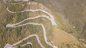 Вверх и вниз вида с воздуха трутня дороги горы в Италии от деревни Nembro к Selvino стоковые изображения rf
