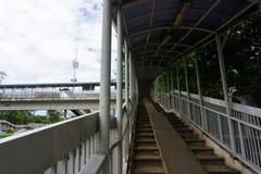 Вверх на фото пешеходного моста принятом в Джакарту Индонезию Стоковая Фотография RF