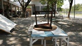 Вверх ногами деревянный трехногий стул табуретки на винтажных деревенских таблицах Стоковая Фотография RF