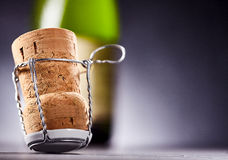 Вверх ногами пробочка перед бутылкой вина Стоковые Фотографии RF