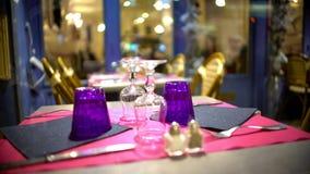 Вверх ногами стекла на модно, который служат таблице в современном ресторане, крупном плане стоковое изображение