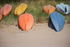 Вверх ногами шлюпки на песчаном пляже Стоковые Фотографии RF