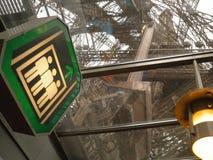 Вверх по и отсутствующий Eiffel Стоковое Изображение RF