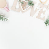 Введенное в моду плоское положение с розовыми ranunculos Стоковая Фотография