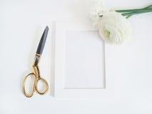 Введенное в моду фото запаса Женственный модель-макет продукта с пуком лютика, лютика и daffodil цветет, рамка белизны пробела Стоковые Изображения