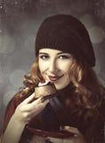 Введите девушку с тортом и bokeh в моду на предпосылке. Стоковые Изображения