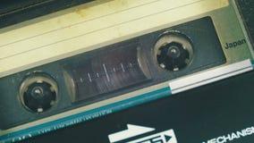 Введите магнитофонную кассету в игрока и воспроизведение кассеты акции видеоматериалы