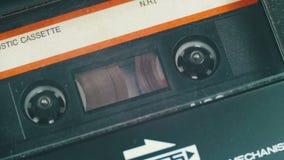 Введите магнитофонную кассету в игрока и воспроизведение кассеты видеоматериал