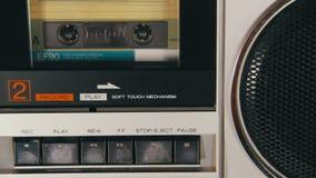 Введите магнитофонную кассету в магнитофон и игра и кнопки стоп нажатия акции видеоматериалы