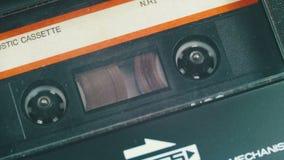 Введите магнитофонную кассету в магнитофон и игру сток-видео