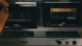 Введите магнитофонные кассеты в магнитофон и игра нажатия, кнопки стоп акции видеоматериалы