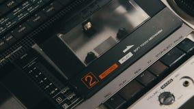 Введите магнитофонные кассеты в магнитофон и игра нажатия, кнопки стоп видеоматериал
