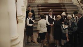 Введите проверять билеты на лестнице в интерьере коридора концертного зала старого стиля сток-видео