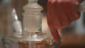 Введите шланг в стеклянный кальян сток-видео