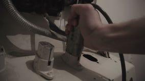 Введите электрическое заткните внутри старую стенную розетку сток-видео