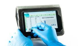 Вводя данные по электронной таблицы с емкостным пер Стоковое фото RF