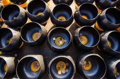 Вводить монетку в верование шара в буддизме стоковое изображение
