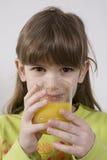 ввпейте помеец сока девушки старый 7 лет Стоковое Фото