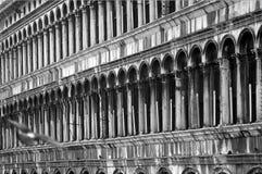 вдоль аркады san venice marco стоковые изображения rf
