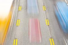 вдоль быстро проходить хайвея автомобилей Стоковое фото RF