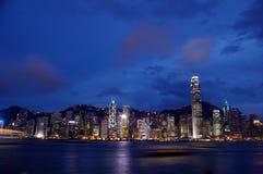 вдоль взгляда victoria ночи Hong Kong гавани Стоковое Изображение RF