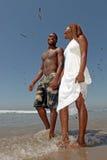 вдоль гулять красивейших пар пляжа счастливый стоковое фото