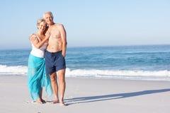 вдоль гулять праздника пар пляжа песочный старший стоковое фото rf