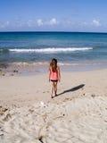 вдоль гулять ребенка пляжа Стоковая Фотография
