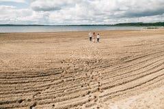 вдоль гулять семьи пляжа стоковое фото rf