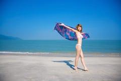 вдоль детенышей женщины пляжа гуляя Стоковое Изображение RF