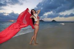 вдоль женщины восхода солнца пляжа гуляя Стоковые Изображения