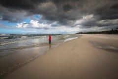 вдоль женщин пляжа гуляя Стоковые Фото