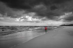 вдоль женщин пляжа гуляя Стоковое Изображение